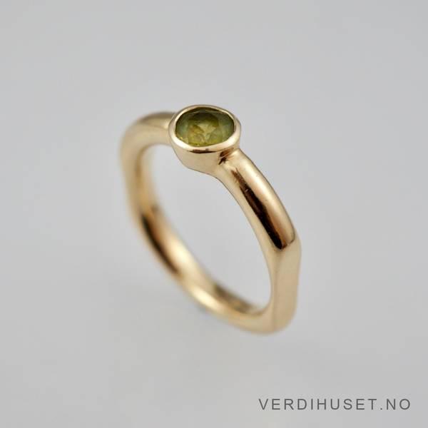 Bilde av Ring i 14 K gull med grønn sten