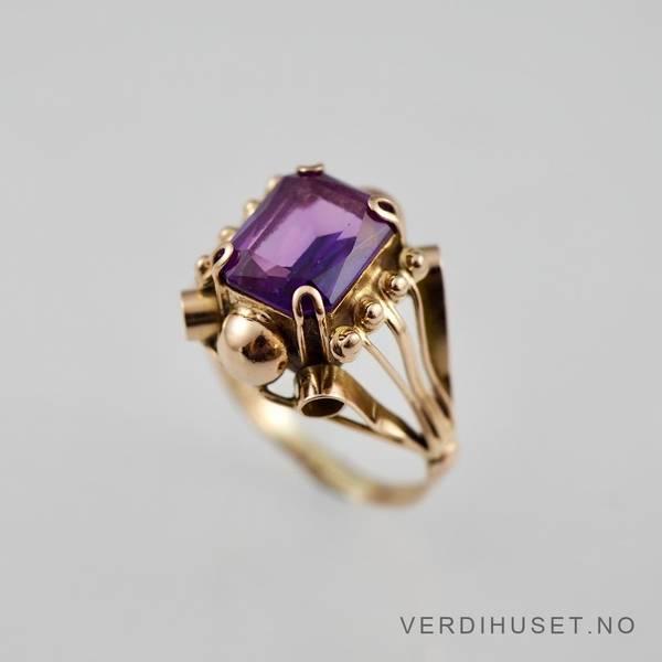 Bilde av Ring i 14 K gull med lilla sten