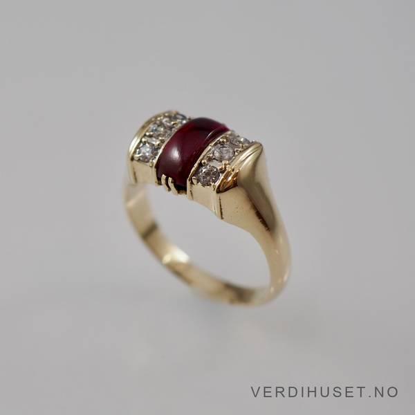 Bilde av Ring i 14 K gull med rød og blanke stener