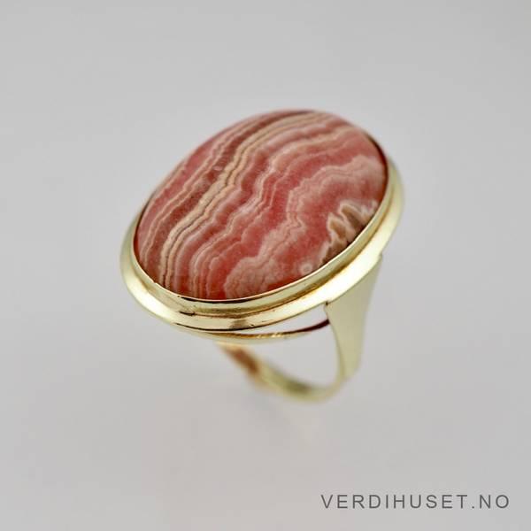 Bilde av Ring i 14 K gull med stor rød sten
