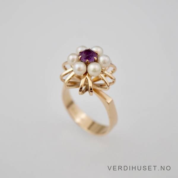 Bilde av Ring i 14 Karat gull med lilla sten og perler