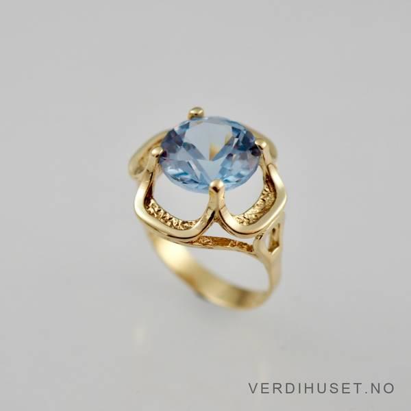 Bilde av Ring i 14 K gull med lys blå sten