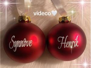 Bilde av Julekule m/navn - rød MATT- rød GLOSSY