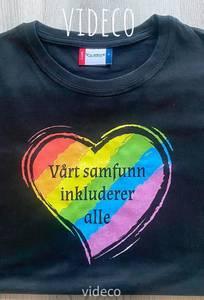 Bilde av T-shirt, Vårt samfunn inkluderer alle