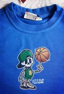 Bilde av T-shirt- skjelett snurrer basketball