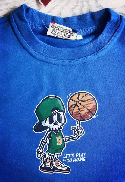T-shirt- skjelett snurrer basketball