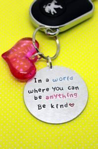 Bilde av Be kind - nøkkelring