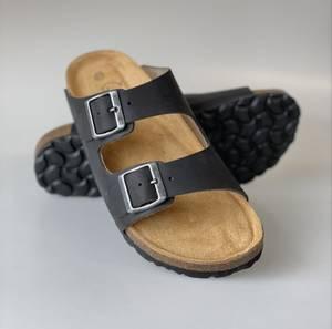 Bilde av Trendy Waitz sandal i sort med supergod støtdempende såle